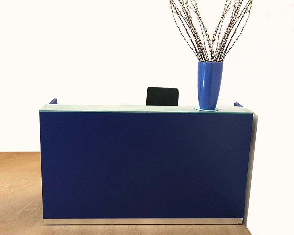 BG Small reception desk in dark blue lacquered with glass counter top