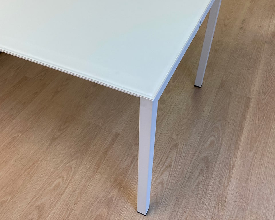 Detail of the white satin glass desk top with white legs