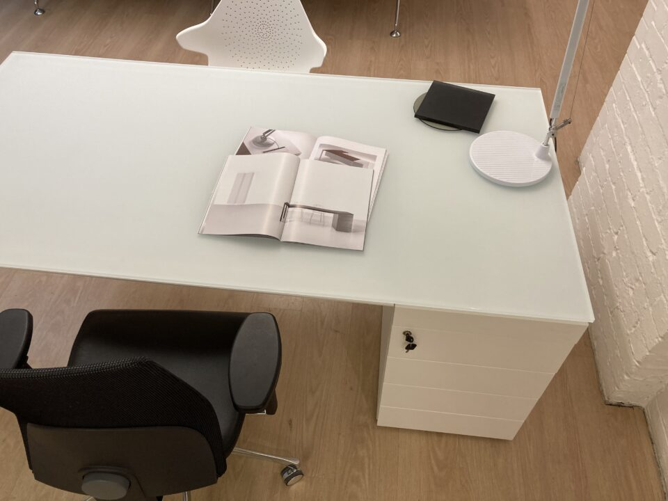 high quality Minimum white glass desk 1800 x 900 mm