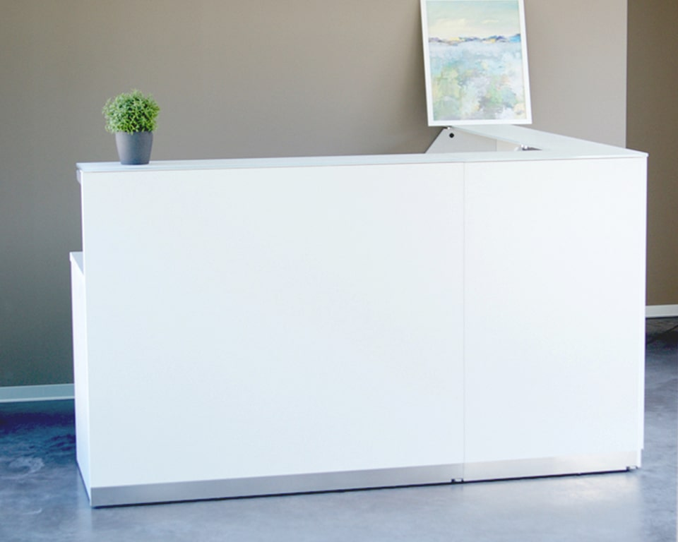 White reception desk - White lacquered modular reception desk with laminated glass counter tops.