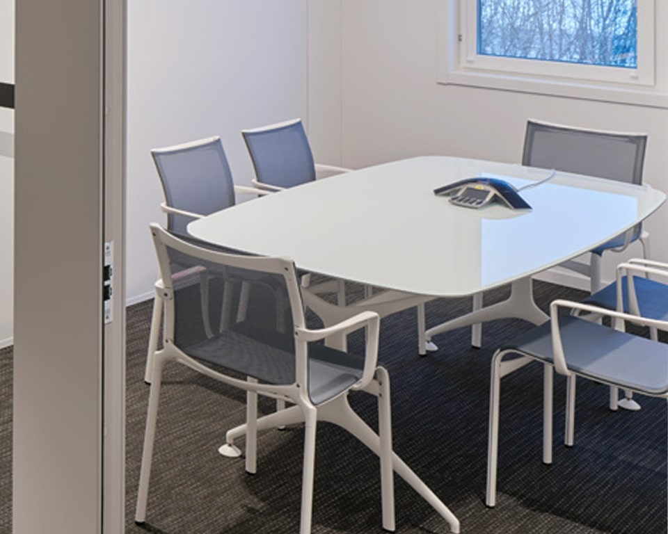 White glass meeting table for 6 people - Super ellipse shaped meeting table with white die cast aluminium structure - shown here with matching big frame side chairs
