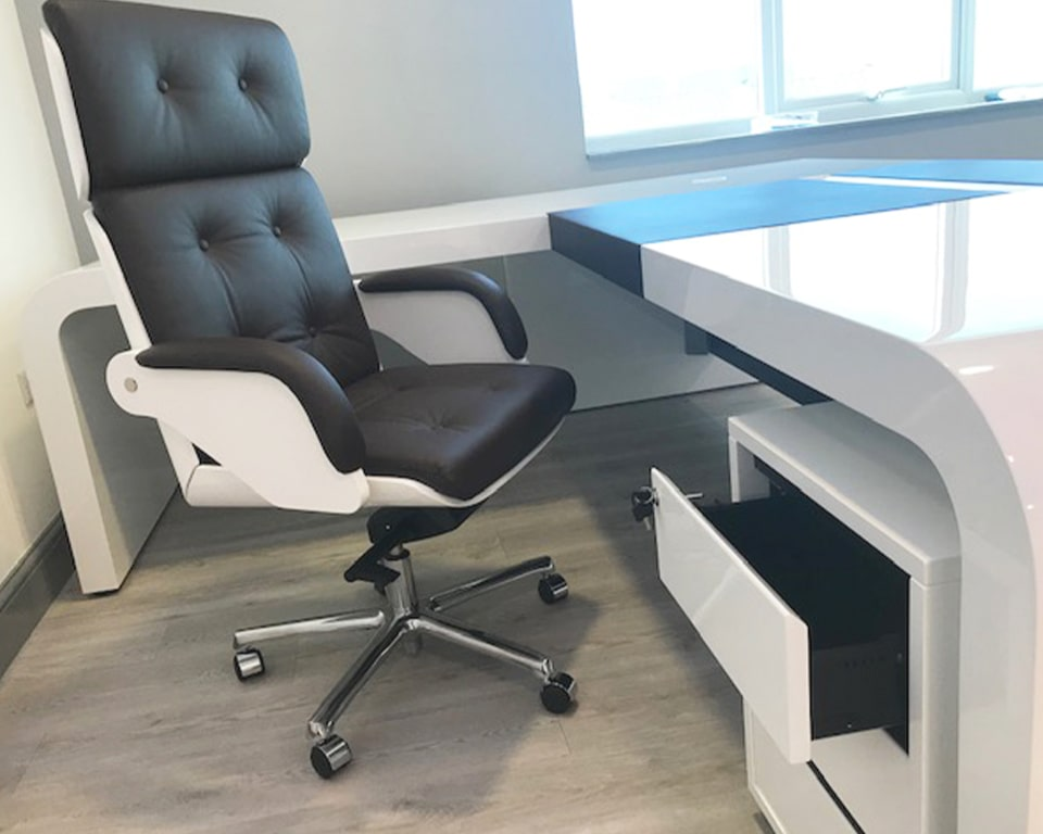 Stunning High quality Nesi executive chair with Capitonne buttons. Gloss white shell to match the stunning large CEO executive desk. Detail of the white gloss mobile 3 drawer pedestal