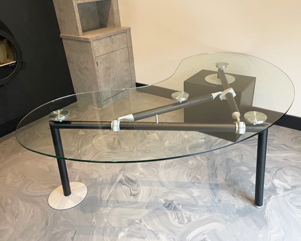 High - end Glass desks : Large Kidney shaped Glass desk with drawers for Executive offices - Transparent glass desk with a matt black frame and lockable 3 drawers