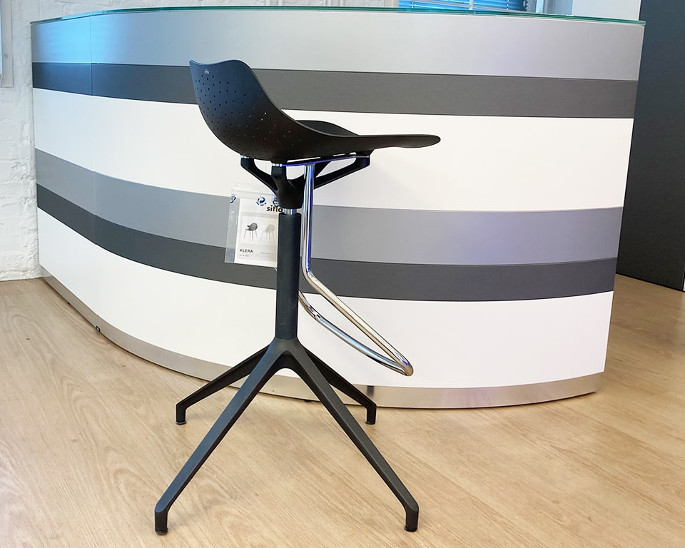Fixed height swivel bar stools in recyclable aluminium . The Chrome footrest is at a comfortable height. These stylish bar stools are excellent as kitchen bar stools at home or as High quality break out bar stools in the office